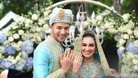 Keduanya tersenyum lebar setelah resmi dinyatakan sebagai suami-istri. Foto: (Noel/detikHOT)