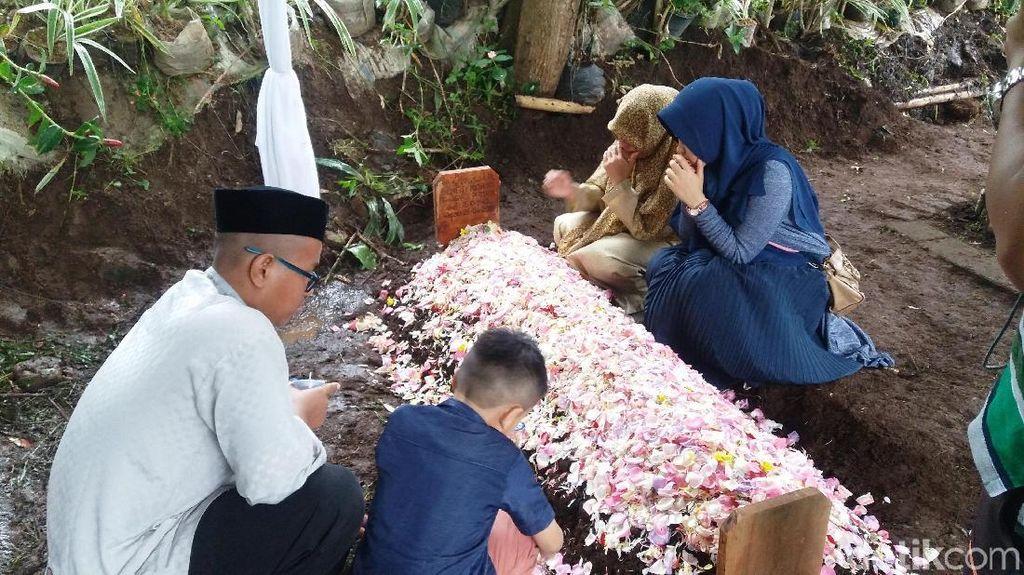 Sedang Umrah, Aa Gym Tak Bisa Hadir di Pemakaman Ibundanya