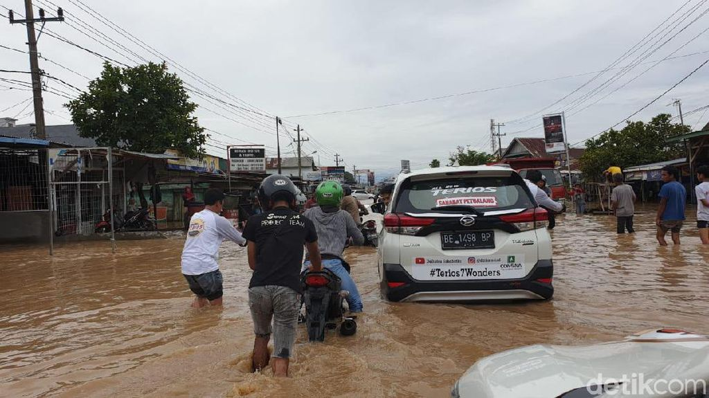 Mobil dan Motor Nekat Terobos Banjir di Bengkulu