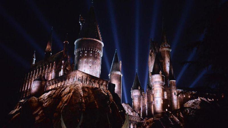 Di Universal Studios Hollywood digelar sebuah pertunjukan bertajuk Dark Arts at Hogwarts Castle. Pertunjukan ini menceritakan saat Kastil Hogwarts jatuh di tangan penguasa kegelapan (Matt Winkelmeyer/Getty Images)