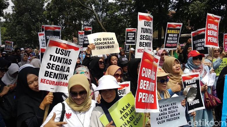 Massa Emak-emak Demo Bawaslu Jabar Tuntut Tindak Kecurangan