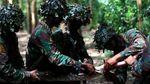 Aksi Marinir Makan Ular Saat Latihan Perang