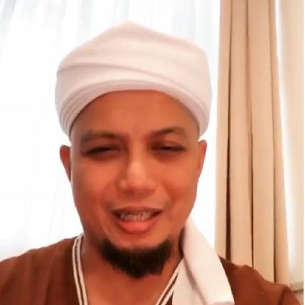 Pelayat Sudah Ramai Menunggu Jenazah Ustaz Arifin Ilham di Sentul