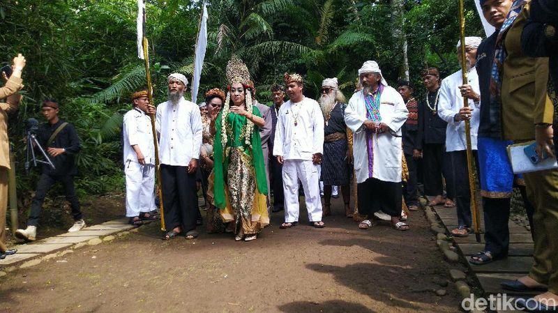 Setiap menjelang bulan suci Ramadan, upacara adat Ngikis digelar di Objek Wisata Situs Budaya Ciung Wanara, Karangkamulyan, Kecamatan Cijeungjing, Ciamis, Jawa Barat. (Dadang Hermansyah/detikcom)
