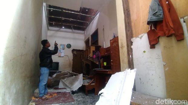 Bagian dalam rumah warga yang rusak terdampak ledakan