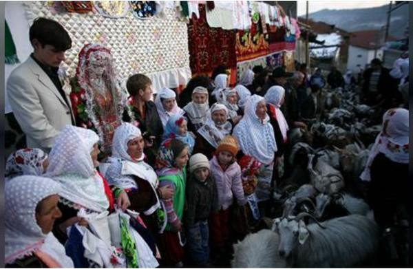 Tradisi ini masih ada sampai sekarang karena memang tak ada pengaruh luar yang berkembang di wilayah ini. (REUTERS/Stoyan Nenov)