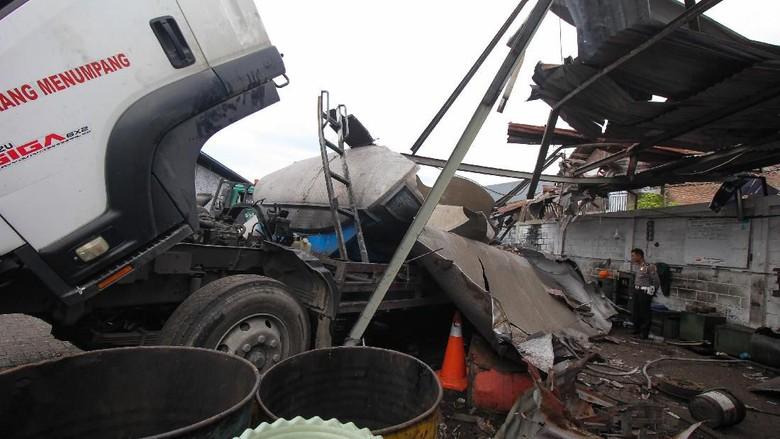 Ngeri! Begini Penampakan Truk Tangki Meledak di Surabaya