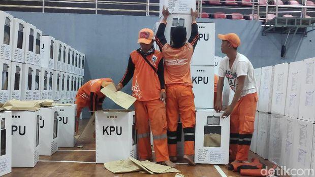 Petugas PPSU alias pasukan oranye ikut membantu saat proses rekapitulasi tingkat kecamatan di Pasar Minggu. Mereka bertugas mengangkat kotak suara, Senin (29/4/2019)