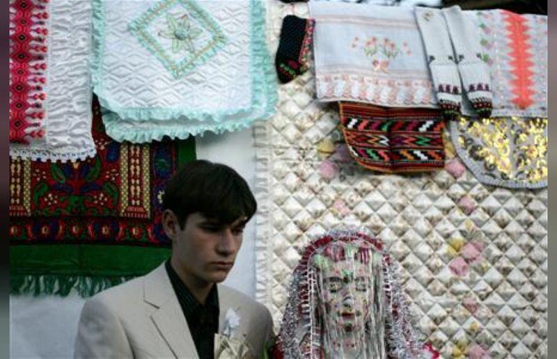 Masyarakat Ribnovo, di Bulgaria memiliki suatu tradisi yang sudah mengakar selama berabad-abad. Tradisi ini bernama Gelena. (REUTERS/Stoyan Nenov)
