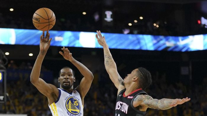 Forward Golden State Warriors Andre Iguodala (kiri) melepaskan shot di laga melawan Houston Rockets di Oracle Arena, Minggu (28/4/2019) waktu setempat. Warriors menang 104-100. (Foto: Kyle Terada-USA TODAY Sports/Reuters)