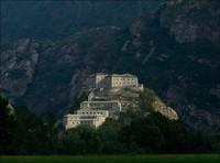 Ingat tampilan markas Hufra di Avengers: Age of Ultron? Tepatnya, saat Avengers mencoba mendapatkan tongkat milik Loki yang letaknya berada di ruang kontrol Hydra. Ternyata, inilah tempatnya. Yakni sebuah benteng bersejarah yakni Forte di Bard, tepatnya berlokasi di Via Vittorio Emanuele, Bard, Italia (Forte di Bard)