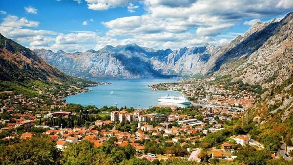 Kebijakan tersebut diambil setelah tidak ditemukan kasus positif Corona baru di Montenegro sejak beberapa pekan terakhir. Wisatawan pun bisa dengan bebas menikmati kecantikan Montenegro. (iStock)