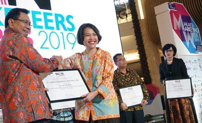 GM of Marketing PT Semen Indonesia (Persero) Tbk Johanna Daunan (Kanan) menerima penghargaan dari Staff Khusus IV Kementerian BUMN Asmawi Syam.Istimewa
