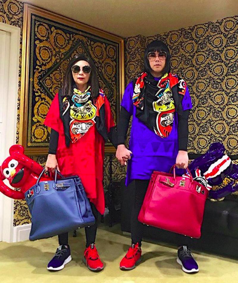 Peepy and Mother Lee, begitu pria tajir Thailand dan ibunya menyebut diri mereka. Keduanya populer karena selalu tampil matching dengan barang mewah. Mereka juga jalan-jalan lho (peepy_and_mother_lee/Instagram)