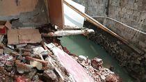 Hujan Deras Semalam, Tembok Rumah Warga di Pondok Labu Ambrol