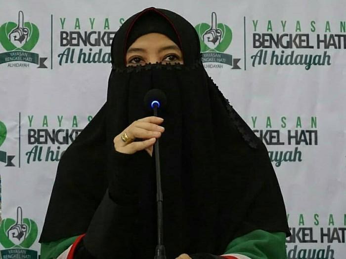 Gaya Hijab Cadar Peggy Melati Sukma