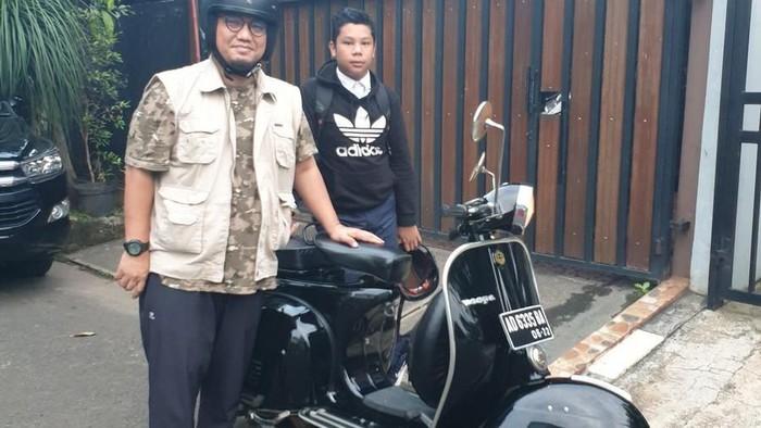 Foto: Dahnil Anzar Simanjuntak dan Vespa-nya. (Akun Twitter @Dahnilanzar)