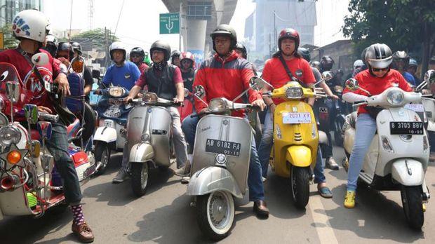 Anies melakukan sunmori atau Sunday morning ride mengendarai Vespa bersama putra bungsu, Ismail Hakim Baswedan