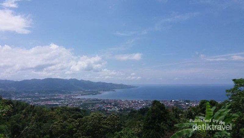 Mamuju merupakan ibu kota Kabupaten Mamuju di sisi Barat Sulawesi. Konturnya terdiri dari pegunungan hingga pesisir pantai (basri bachtiar/dTraveler)