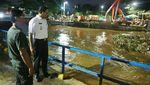 Potret Anies Baswedan Hingga Malam Blusukan ke Pintu Air di Jakarta