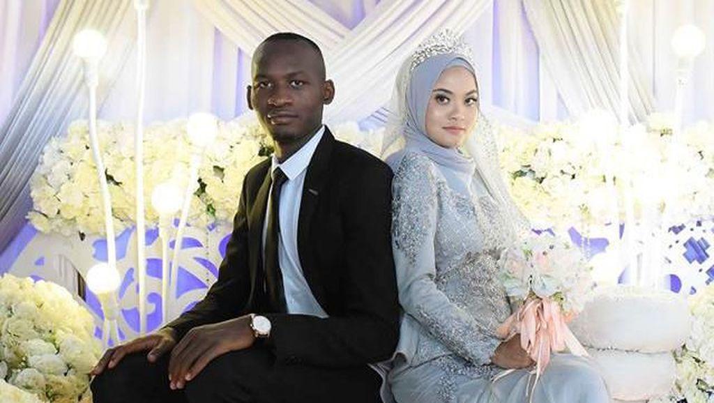Kisah Cinta Wanita Dinikahi Pria Asing yang Menghiburnya Saat Nangis di Mal