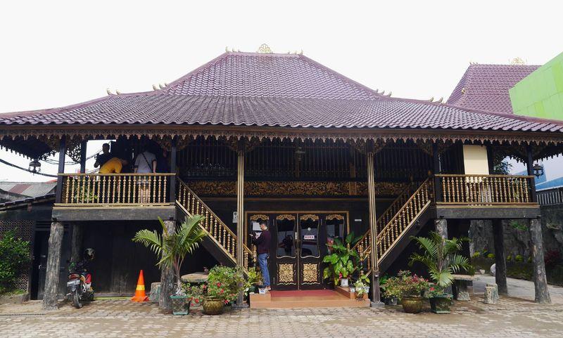 Rumah limas merupakan rumah tradisional khas Sumatera Selatan. Rumah yang berbagai sisinya terbuat dari kayu ini bergaya panggung dengan atap berbentuk limas (Kurnia/detikcom)