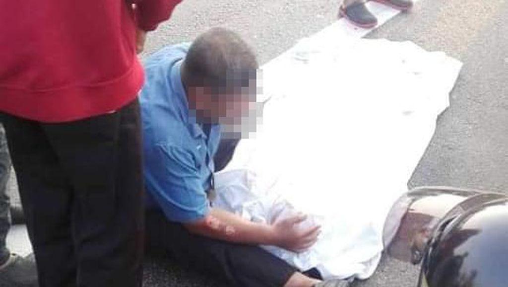 Viral, Foto Suami Peluk Tubuh Istri yang Tak Bernyawa Bikin Netizen Nangis