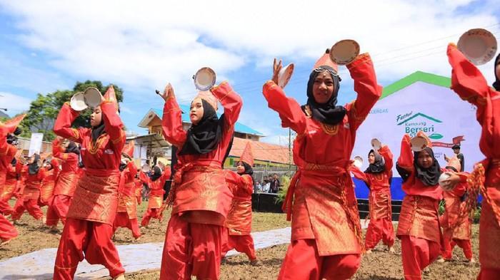 Ratusan anak-anak di Kampung Berseri Astra Jorong Tabek menampilkan kesenian tari piring dan silat dalam acara Festival Kampung Berseri Astra bertema Pendidikan Kecakapan Hidup Melalui Kearifan Lokal di Kabupaten Solok, Sumatra Barat (28/4).