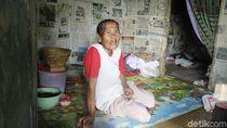 Mak Irah dan Cucunya yang Disabilitas Huni Rumah Dinding Koran