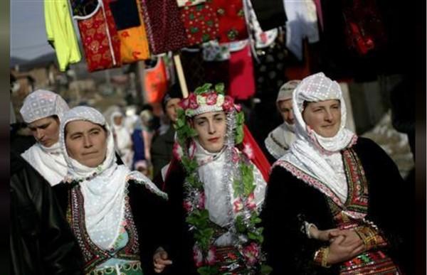 Gelena merupakan tradisi mengecat wajah mempelai wanita yang hendak menikah. Mengecat wajah ini sama seperti riasan wajib saat menikah. (REUTERS/Stoyan Nenov)