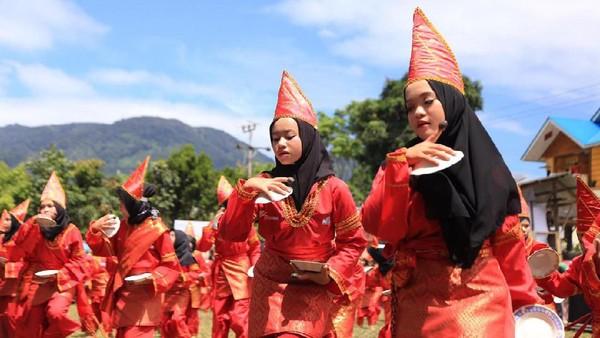 Tari piring dari Sumatera barat salah satunya, para penari mengayunkan piring di tangan dengan gerakan cepat dan teratur. Uniknya piring tetap berada di genggaman dan tak terjatuh. (Istimewa)
