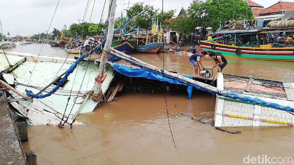 Puluhan Perahu di Pelabuhan Pasuruan Rusak Diterjang Luapan Sungai