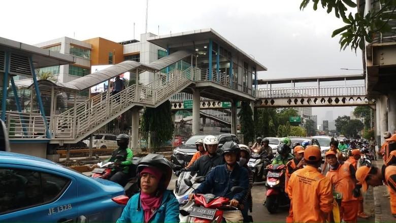 Nenek Terjepit Metro Mini di Mampang Tewas, Dibawa ke RS Fatmawati