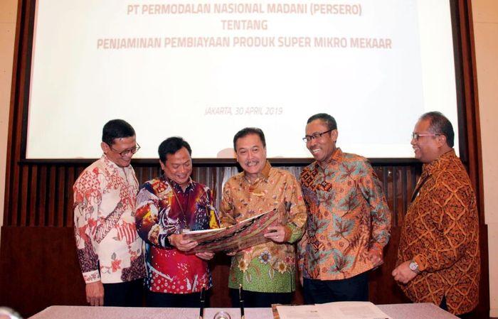 Hadir dalam acara tersebut Direktur Keuangan PNM Tjatur H Priyono, Direktur Utama PNM Arief Mulyadi, Direktur Utama PT Jamkrindo Randi Anto, Direktur Bisnis Penjaminan Jamkrindo Amin Masudi dan EVP Keuangan dan Operasional PNM Sunar Basuki berbincang usai menandatangani perjanjian kerja sama tersebut. Foto: dok. PNM