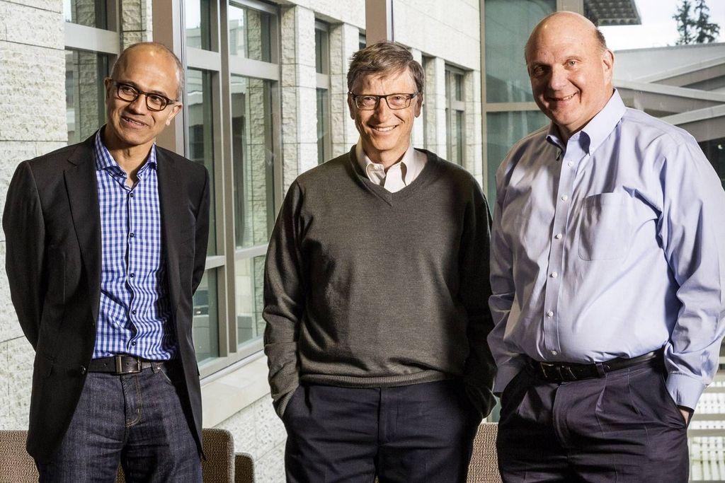 Satya Nadella bersama Bill Gates dan Steve Ballmer, para pentolan Microsoft. Sejak ditunjuk untuk menjabat sebagai CEO Microsoft di tahun 2014, Satya Nadella terus menorehkan prestasi. Aku senang dia mendapatkan pekerjaan itu (CEO-red) di mana dia melakukannya dengan hebat, puji Ballmer.Foto: istimewa