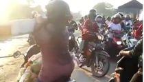 Viral Emak-emak Jatuh karena Pintu Perlintasan KA, Harus Sabar!
