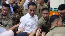 Kunjungi Pabrik Sepatu, Jokowi Makan Siang Bareng Pegawai