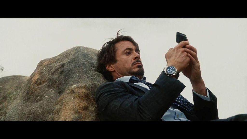 Iron Man (2008) – LG VX9400. Di film ini Tony Stark terlihat berusaha mencari bantuan lewat perangkat ponsel LG. Disebutkan pula bahwa ponsel CDMA itu sebenarnya terkunci pada jaringan Verizon di AS. (Foto: Via PhoneArena).