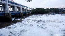 Duh! Air Kali di BKT Marunda Kembali Berbusa