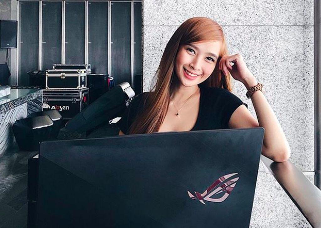 Inilah Ann B. Mateo tersenyum di depan laptop Asus ROG yang dikhususkan untuk main game. Ann adalah gamer wanita asal Filipina dan berusia 26 tahun. Foto: istimewa