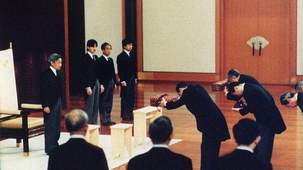 Rangkaian Panjang Penyerahan Takhta Kekaisaran Jepang