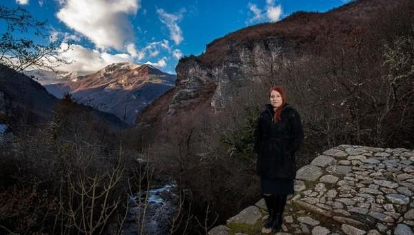 Lesoska meluncurkan petisi dan menantang bank internasional atas keterlibatan mereka. Hari ini, karyanya telah diakui oleh Goldman Environmental Prize sebagai aktivis akar rumput (CNN Travel)