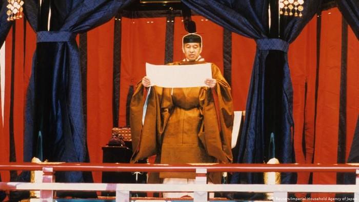 Kaisar Akihito menaiki tahta Tenno Jepang 7 Januari 1989 (foto artikel).