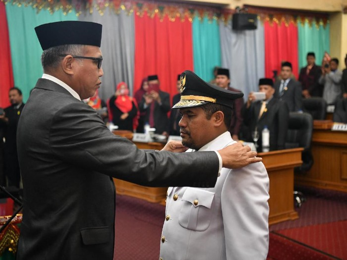 Plt Gubernur Aceh Nova Iriansyah melantik Teungku Syarkawi sebagai Bupati Bener Meriah
