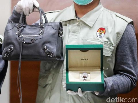 Intip Tas Chanel & Balenciaga, Barang Bukti Bupati Talaud yang Ditangkap KPK