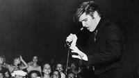 Dan yang epic adalah fotonya kala menyaksikan konser Elvis dan membawa kamera.Dok. Instagram/floraborsiofficial