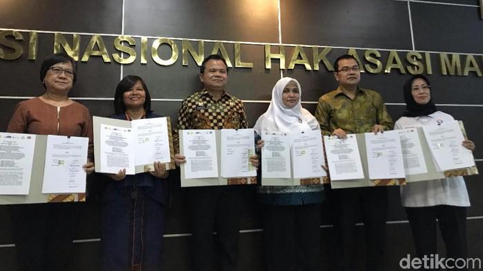 Dirjen Imigrasi Kemenkum HAM Ronny F Sompie (ketiga dari kiri) meneken MoU dengan Komnas HAM, KPAI, Komnas Perempuan, Ombudsman, hingga LPSK. (Roland/detikcom)