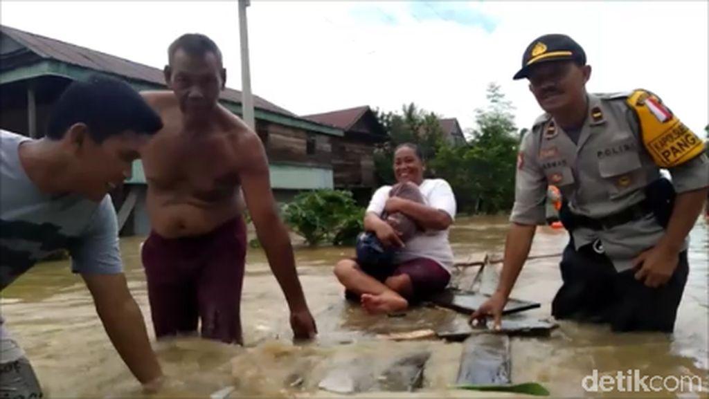 Banjir Mamuju Sulbar Belum Surut, Warga Dievakuasi ke Pengungsian