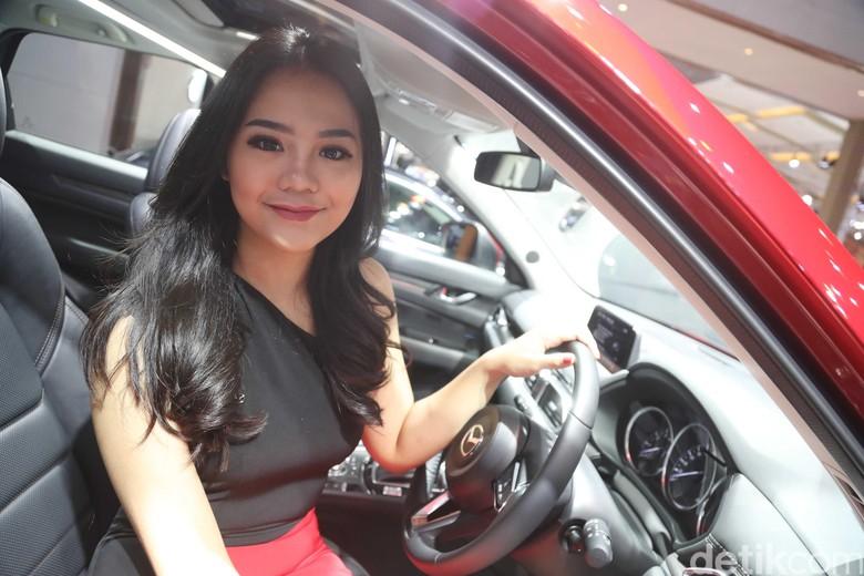 SPG atau usher di booth Mazda di IIMS 2019 (Foto: Pradita Utama)