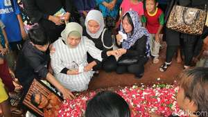 Prosesi Pemakaman Eddy Riwanto, Aktor yang Kerap Jadi Imam Salat